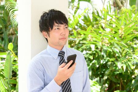 Businessman holding a smart phone 版權商用圖片