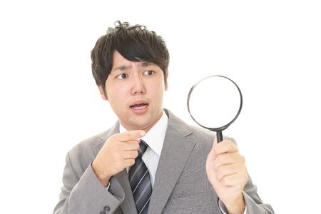 Sorpreso uomo d'affari asiatico