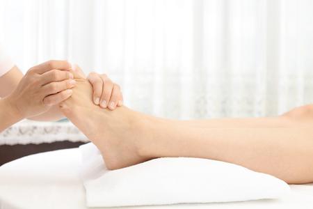 Massagem nos pés no salão de spa Foto de archivo