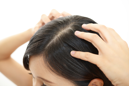 Vrouw die hoofdmassage doet