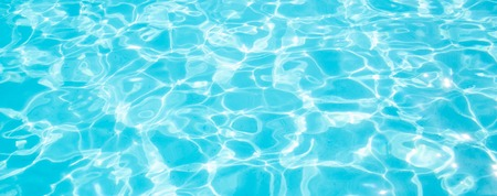 Acqua strappata blu in piscina Vacanze estive Banner Vista dall'alto Copia spazio