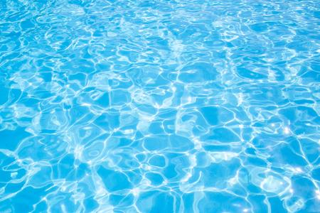 Agua azul rasgada en la piscina, vacaciones de verano, vista superior, espacio de copia Foto de archivo