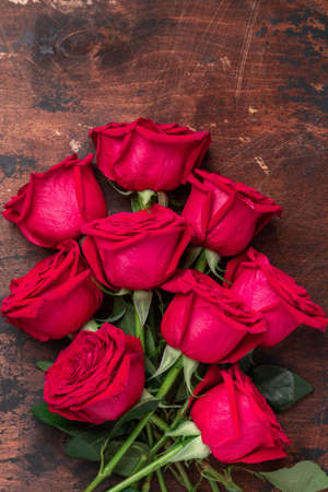 Red rose flowers bouquet on wooden background Valentine's day greeting card. Copy space. Top view - Image 版權商用圖片