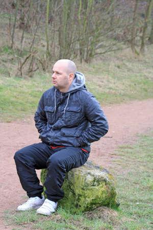 ein Mann ruht in den Wäldern