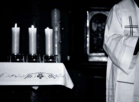 sacerdote: Sacerdote cat�lico y el altar durante la misa, foto en blanco y negro Foto de archivo