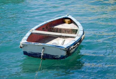 Un petit bateau en bois ancré dans la baie