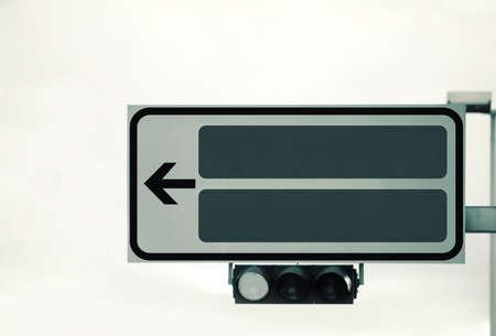 señal de transito: Un semáforo y una señal de dirección, foto de la sepia entonado estilo retro, con espacio para el texto