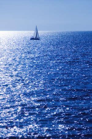Velero en el horizonte en un día soleado Foto de archivo - 18486704