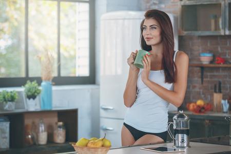 Joven mujer sexy en el estilo de vida de la cocina Foto de archivo - 91004138