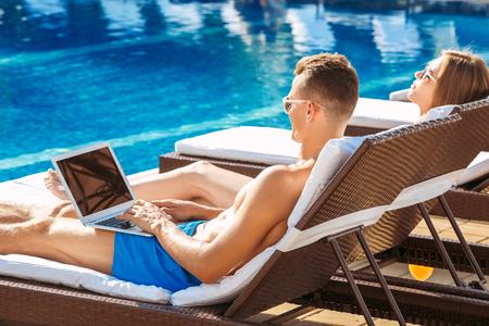 Junges Paar aktive Freizeit Schwimmbad Konzept Standard-Bild - 91496893