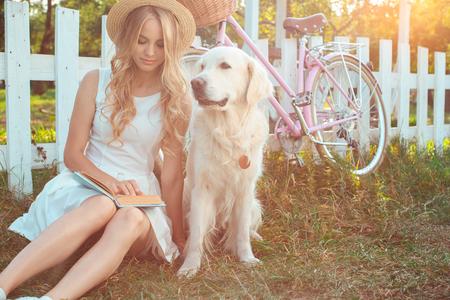 젊은 여자 금발 머리 여름 스타일 개념 스톡 콘텐츠