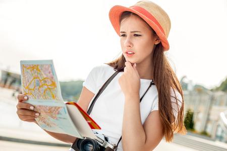 Young woman solo traveler vacation walk outdoors Foto de archivo