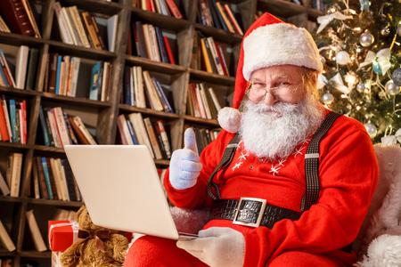 図書館クリスマス新年のコンセプトでサンタクロース