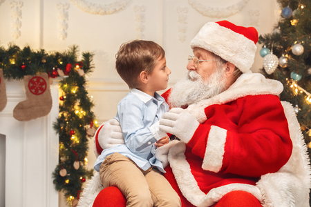 Santa Claus with kids indoors christmas celebration concept Banco de Imagens