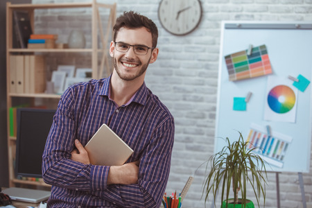 Het grafische concept die van het ontwerper kleine bedrijfshuis aan huis digitale tablet houden Stockfoto