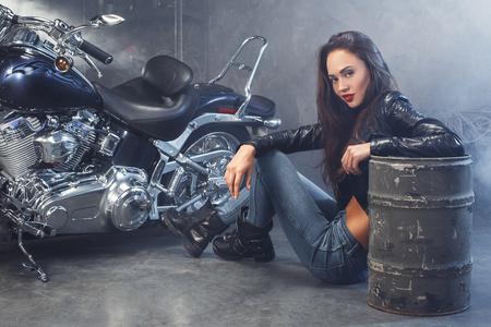 Jonge vrouw met motorfietsstudio