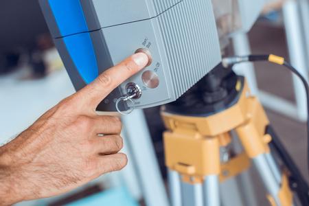 Bussiness-persoon werkt in de laserscanner op kantoor