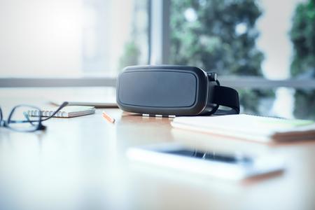 Virtual reality-headset in het geïsoleerde kantoorobject Stockfoto - 95219902