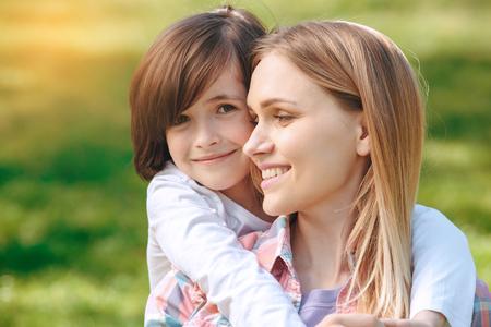 Familie samen in openlucht in het het conceptenportret van het parkweekend Stockfoto - 95182252
