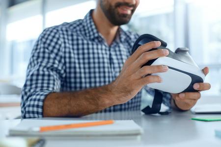 Bedrijfsmens die virtuele werkelijkheidshoofdtelefoon in het kantoor met behulp van Stockfoto - 95434680