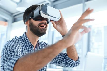 Bedrijfsmens die virtuele werkelijkheidshoofdtelefoon in het kantoor met behulp van Stockfoto - 95470759
