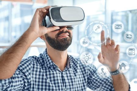 Bedrijfsmens die virtuele werkelijkheidshoofdtelefoon in het kantoor met behulp van Stockfoto - 95450392