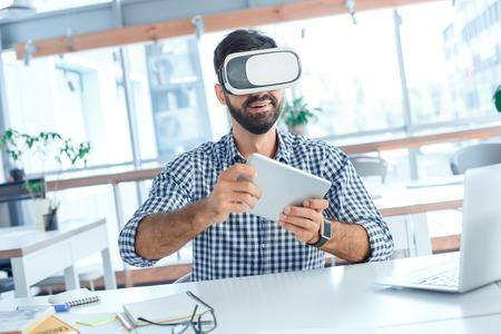 Bedrijfsmens die virtuele werkelijkheidshoofdtelefoon in het kantoor met behulp van Stockfoto - 95434681