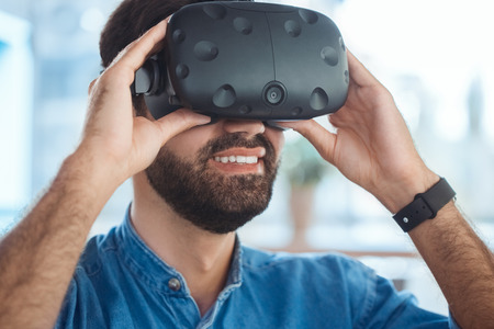 Bedrijfsmens die virtuele werkelijkheidshoofdtelefoon in het kantoor met behulp van