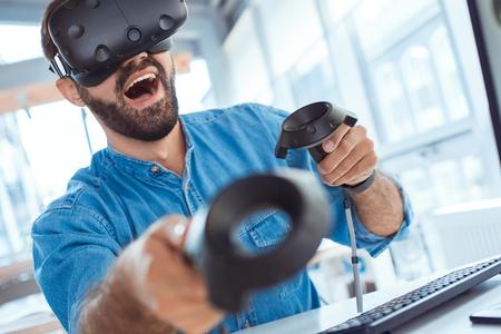 Bedrijfsmens die virtuele werkelijkheidshoofdtelefoon in het kantoor met behulp van Stockfoto - 95466325