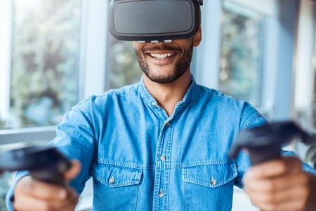 Bedrijfsmens die virtuele werkelijkheidshoofdtelefoon in het kantoor met behulp van Stockfoto - 95450429