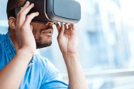 Bedrijfsmens die virtuele werkelijkheidshoofdtelefoon in het kantoor met behulp van Stockfoto - 95434678