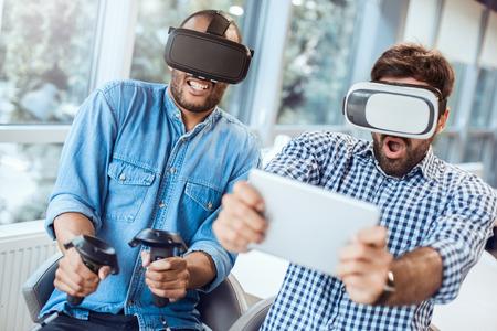 Mensen uit het bedrijfsleven met behulp van virtual reality headset op kantoor Stockfoto - 95470760