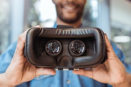 Bedrijfsmens die virtuele werkelijkheidshoofdtelefoon in het kantoor met behulp van Stockfoto - 95466326