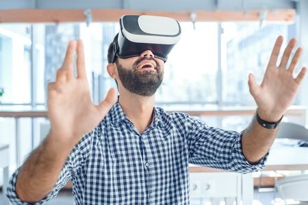 Bedrijfsmens die virtuele werkelijkheidshoofdtelefoon in het kantoor met behulp van Stockfoto - 95837909