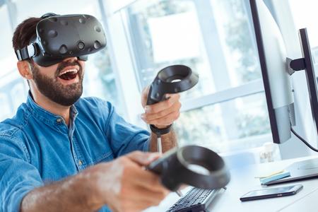 Bedrijfsmens die virtuele werkelijkheidshoofdtelefoon in het kantoor met behulp van Stockfoto - 95535347