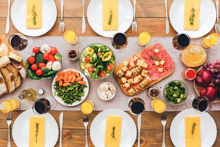 Many vegetables and fruits on the festive table. Festive table set for six people. Wooden background top view mock-up Stockfoto