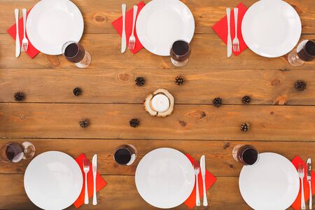 Minimalism style. New Years design of the table. Festive table set for six people. Wooden background top view mock-up. Wooden background top view mock-up Stockfoto