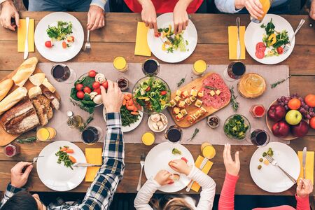 People at the table ate and left some food on the plates. Festive table set for six people. Wooden background top view mock-up Stockfoto