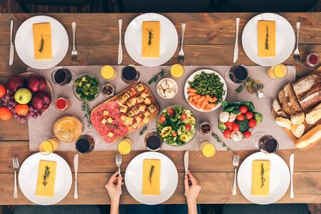 Family at the table. Festive table set for six people. Wooden background top view mock-up Stockfoto
