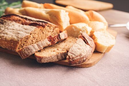 Different types of bread cut into pieces lie on the table Stockfoto