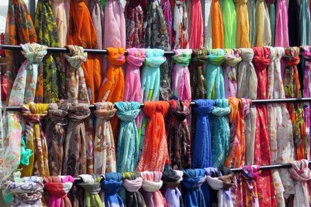 sciarpe: Rotaie di sciarpe su una bancarella del mercato