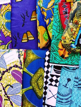 sciarpe: Selezione di colorate Sciarpe su una bancarella del mercato