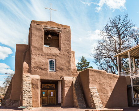 This is the oldest church structure in America. The original adobe walls and altar were built by Tlaxcalan Indians from Mexico inder the direction of Franciscan Padres, circa 1610. Banque d'images