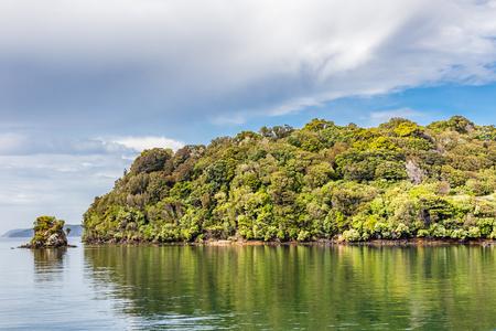 뉴질랜드, Stewart Island 일명 Rakiura, 나라에서 세 번째로 큰 섬. 오반, 패터슨 입구. 워터 프론트 전망. 스톡 콘텐츠