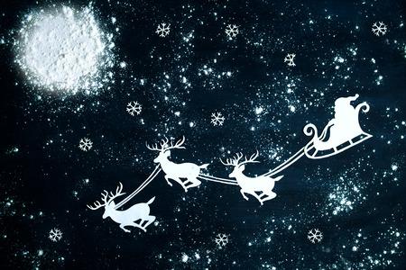 renna: Babbo Natale e renne volare attraverso il cielo notturno. Natale sfondo.