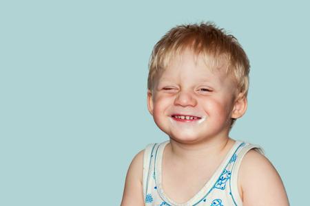 fondo para bebe: beb� divertido muecas. Estudio de fotograf�a en un fondo azul.