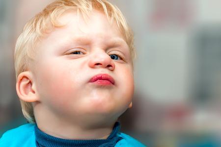 niños rubios: bebé divertido muecas. De cerca. Selectivo se centran en el ojo.