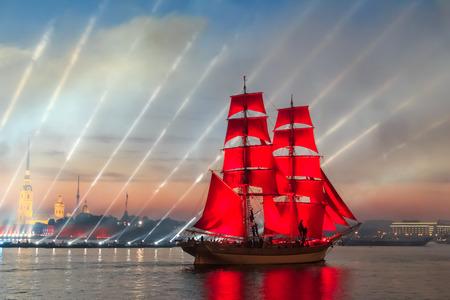 白い夜、サンクトペテルブルク、ロシア中に表示の祭典・緋色の帆します。 写真素材 - 61442244