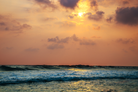 amanecer: Sunset over the waters of the Indian Ocean. Magnificent seascape.