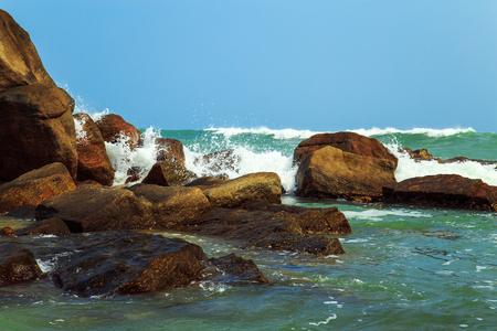 amanecer: Magnífico paisaje marino. Las olas del Océano Índico se rompen contra piedras.